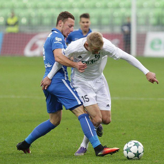 Jaroslav Zelený (vpravo) z Karviné v přetlačované o míč s Vladimírem Coufalem z Liberce.