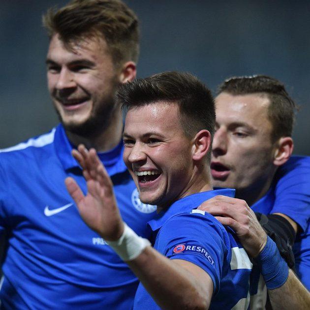 Střelec Egon Vůch (uprostřed) se raduje se spoluhráči z Liberce z gólu proti Karabachu.
