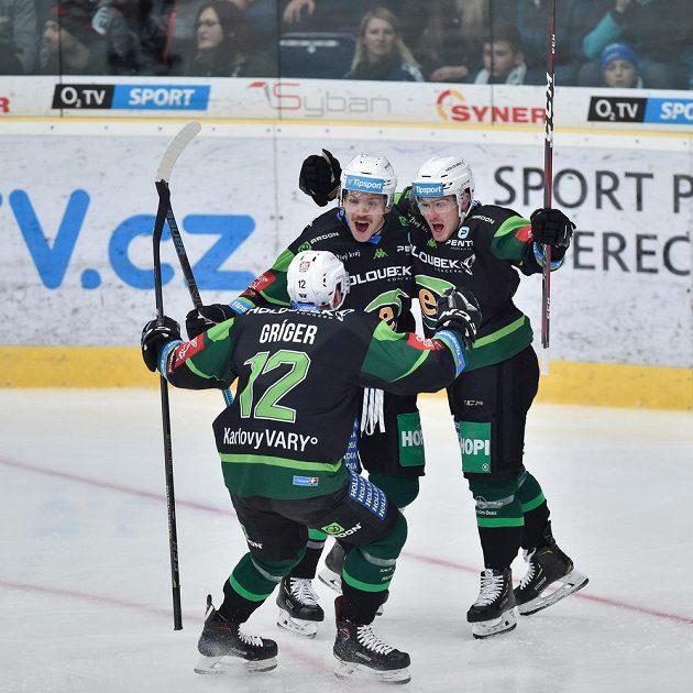 Autor prvního gólu Jakub Flek (vpravo) se raduje se spoluhráči z Karlových Varů na ledě Liberce.