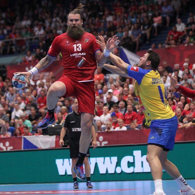 Pavel Horák z České republiky, Ivan Karačič z Bosny a Hercegoviny během utkání kvalifikace o postup na ME 2020 házenkářů.