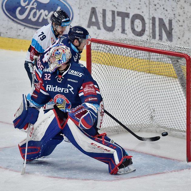 Brankář Vítkovic Patrik Bartošák inkasuje první gól. Za ním Libor Hudáček z Liberce a Jan Schleiss z Vítkovic.