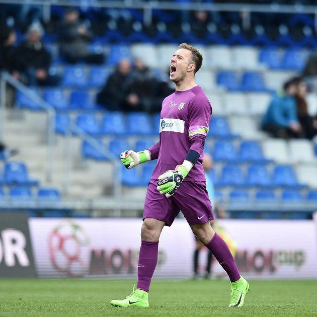 Brankář Opavy Vilém Fendrich se raduje z prvního gólu v Mladé Boleslavi.