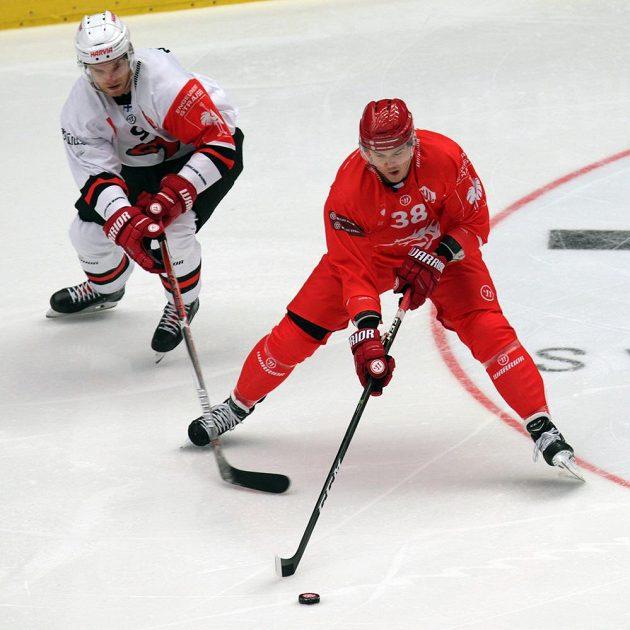 Zleva útočník Joonas Nättinen z Jyväskylä a třinecký útočník Aron Chmielewski.