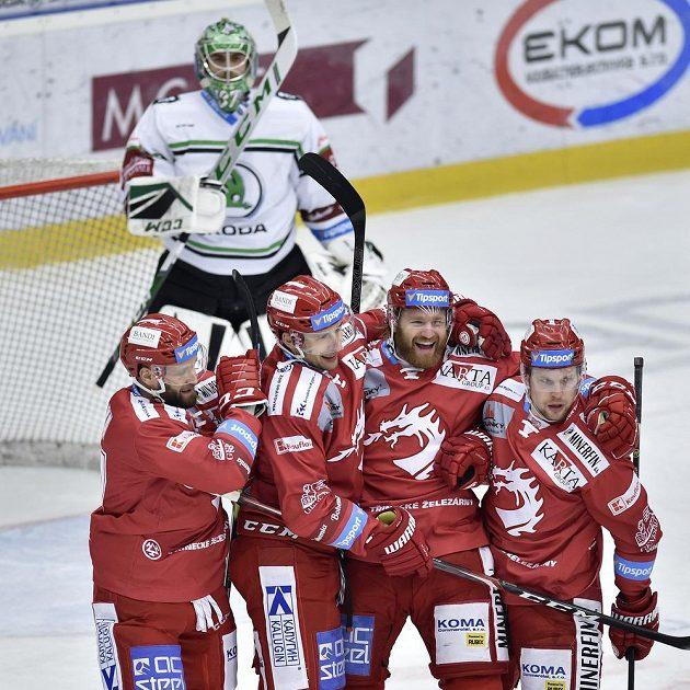 Hokejista Třince David Musil (třetí zleva) se raduje se spoluhráči ze vstřeleného gólu.