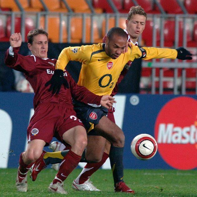 Hvězdám v patách... Zdeněk Pospěch (vlevo) a Pavel Pergl ze Sparty a Thierry Henry z Arsenalu během utkání Ligy mistrů v říjnu 2005 v Praze.
