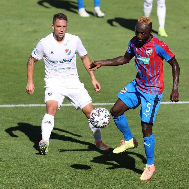 Adam Jánoš z Ostravy a Joel Ngandu Kayamba z Plzně v akci během utkání nejvyšší soutěže.