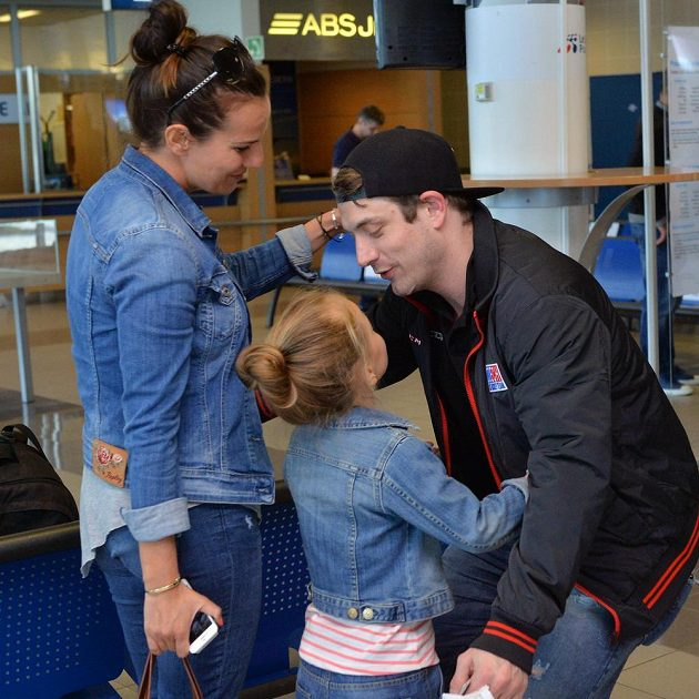 Útočník Petr Koukal se vítá s rodinou po příletu do Prahy.