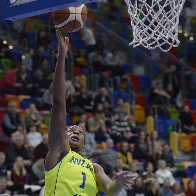 Basketbalistka Kia Vaughnová dává koš v zápase 8. kola Evropské ligy proti Györu.