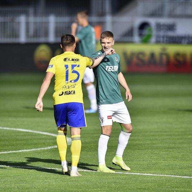 Antonín Fantiš ze Zlína a Jan Matoušek z Jablonce se zdraví během utkání nejvyšší soutěže.