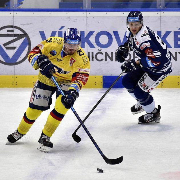 Zleva Karel Plášil z Českých Budějovic a Jan Schleiss z Vítkovic během extraligového utkání.