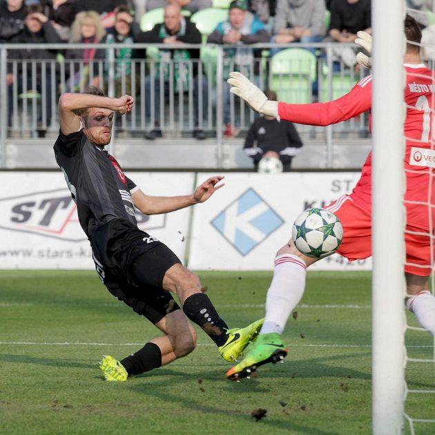 Jan Mudra z Hradce Králové dává gól brankáři Janu Laštůvkovi z Karviné.