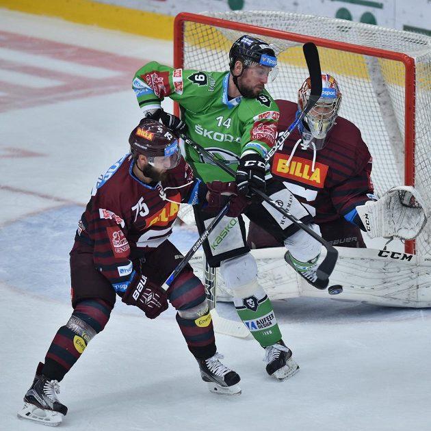 Petr Vampola (uprostřed) z Mladé Boleslavi se snaží tečovat nahození, brání mu v tom Jan Piskáček (vlevo) ze Sparty.