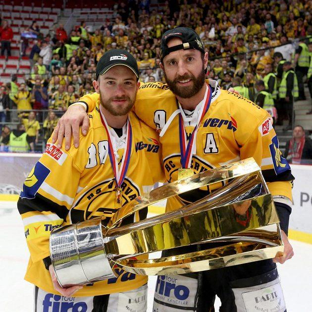Útočníci Litvínova Martin Ručinský (vpravo) a Jakub Petružálek s pohárem.