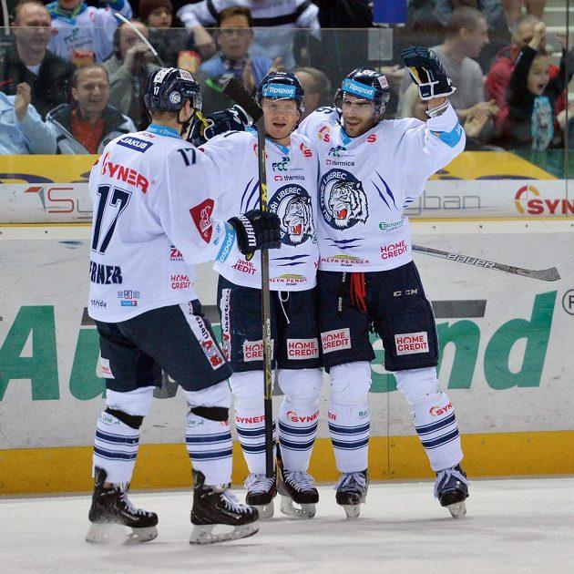 Zprava autor druhého gólu libereckých hokejistů Petr Jelínek, Milan Bartovič a Lukáš Derner.