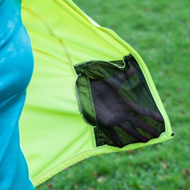 Běžecká bunda Mizuno Alpha Softshell Jacket - síťovaná kapsa, pohled zevnitř.