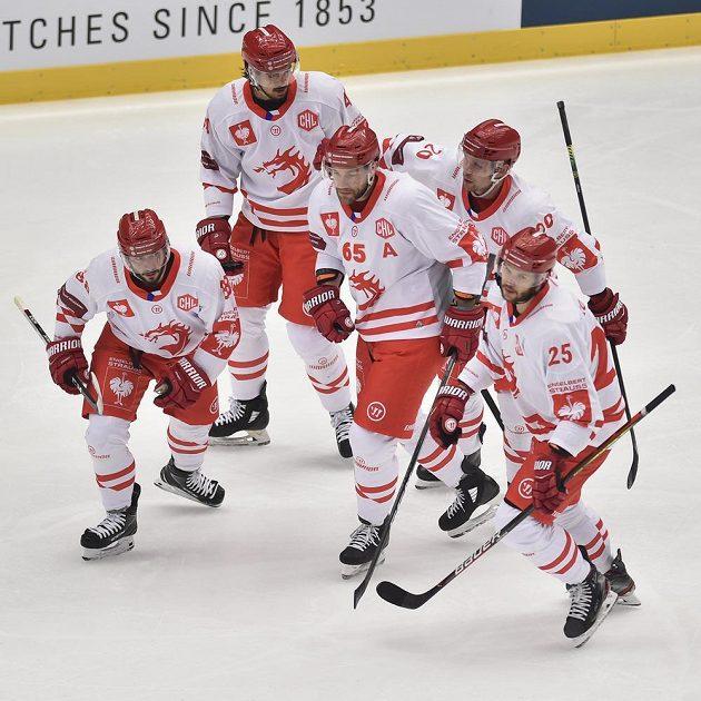 Třinečtí hokejisté se radují z úvodního gólu - (zleva) autor branky Erik Hrňa, Matěj Stránský, Tomáš Marcinko, Petr Vrána a Vladimír Roth.