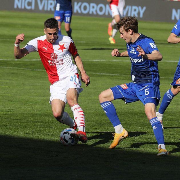 Ondřej Lingr ze Slavie (vlevo) a Kryštof Daněk z Olomouce bojují o balon v utkání 31. kola české fotbalové ligy.