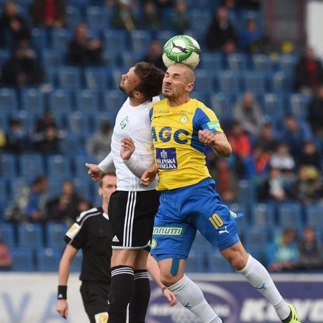 Zleva Lukáš Budinský z Karviné a Jan Rezek z Teplic bojují o míč v 11. kole HET ligy.