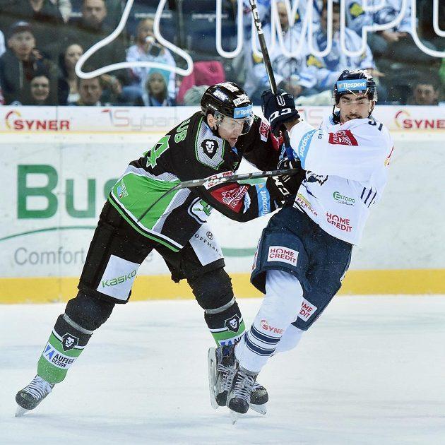 Liberecký útočník Dominik Lakatoš (vpravo) a mladoboleslavský obránce Jan Holub v předehrávce 26. kola hokejové Tipsport extraligy.