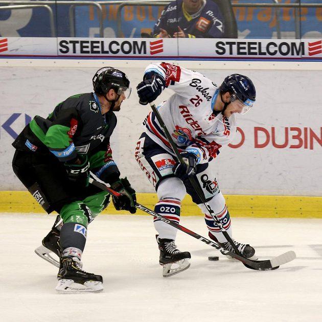 Hokejista Oldrich Kotvan z Mladé Boleslavi (vlevo) a David Květoň z Vítkovic během utkání extraligy.