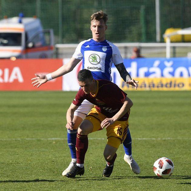 Petr Mareš z Boleslavi (vzadu) a Petr Mareš z Boleslavi a Lukáš Holík z Dukly během utkání první fotbalové ligy.