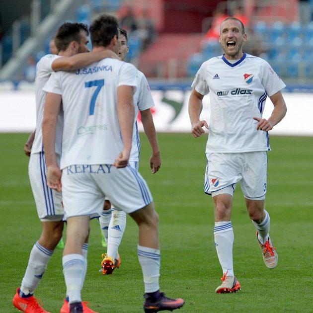 Fotbalisté Baníku Ostrava se radují z vyrovnávající branky.