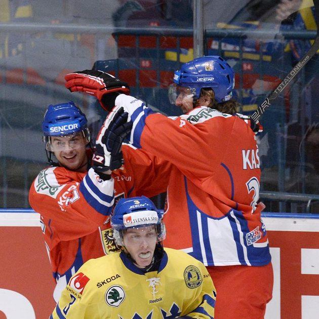 Martin Zaťovič (vlevo) dal druhý český gól proti Švédsku a raduje se s Lukášem Kašparem.