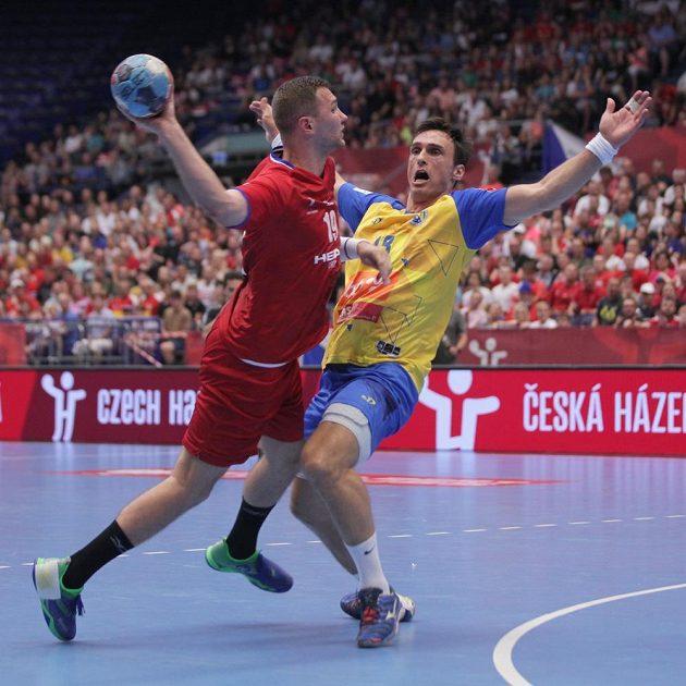 Tomáš Babák z České republiky a Ivan Karačič z Bosny a Hercegoviny během utkání kvalifikace o postup na ME 2020 házenkářů.