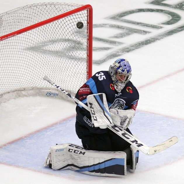Brankář hokejového Liberce Roman Will v akci během finále extraligy.