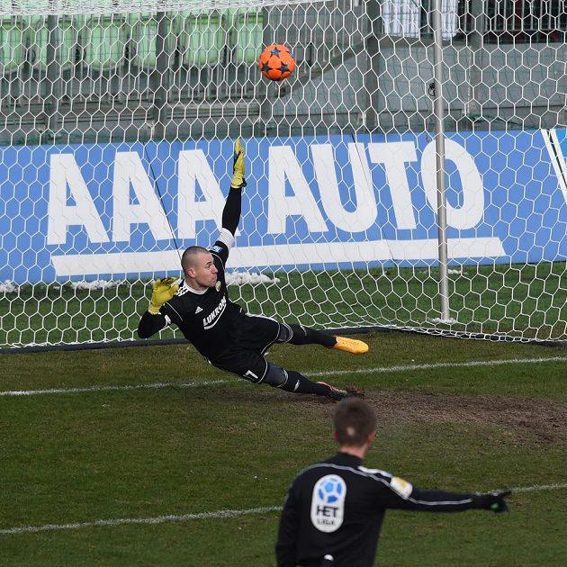 Brankář Zlína Stanislav Dostál dostává gól.
