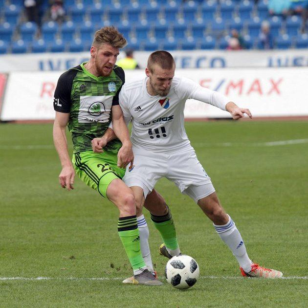 Ladislav Takács z Mladé Boleslavi a Martin Šindelář z Ostravy v akci během nejvyšší soutěže fotbalistů.