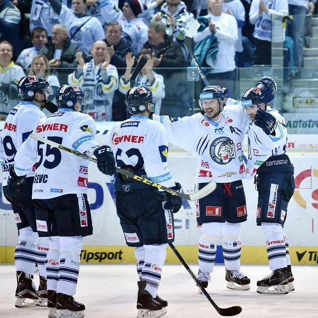 Hráči z Liberce se radují z branky v utkání proti Chomutovu.