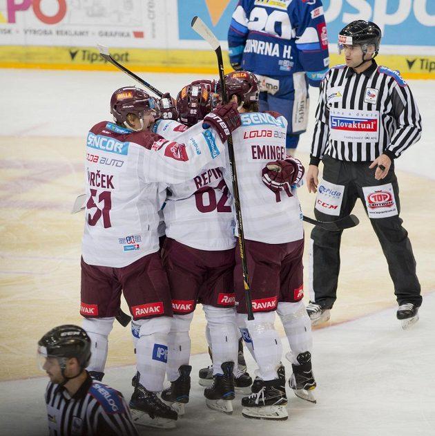 Hokejisté Sparty se radují z druhého gólu v síti Komety Brno ve čtvrtfinále play off hokejové extraligy.