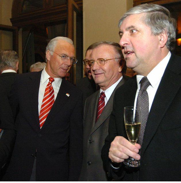Jozef Vengloš (uprostřed) na archivním snímku s Franzem Beckenbauerem a Karolem Dobiašem před MS 2006.