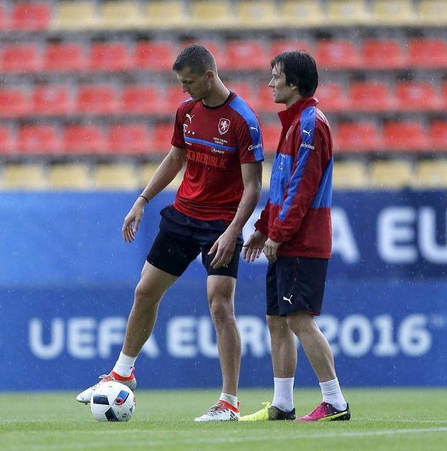 Tomáš Rosický (vpraavo) a Tomáš Necid na tréninku fotbalové reprezentace na ME ve Francii.