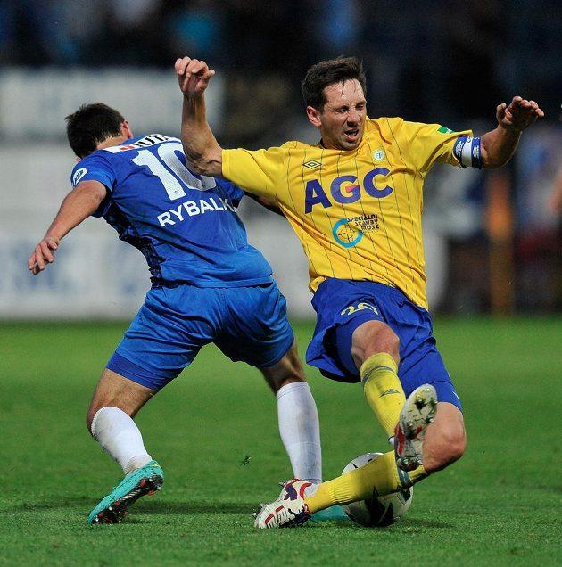 Serhij Rybalka z Liberce (vlevo) bojuje o míč s Milanem Matulou z Teplic.