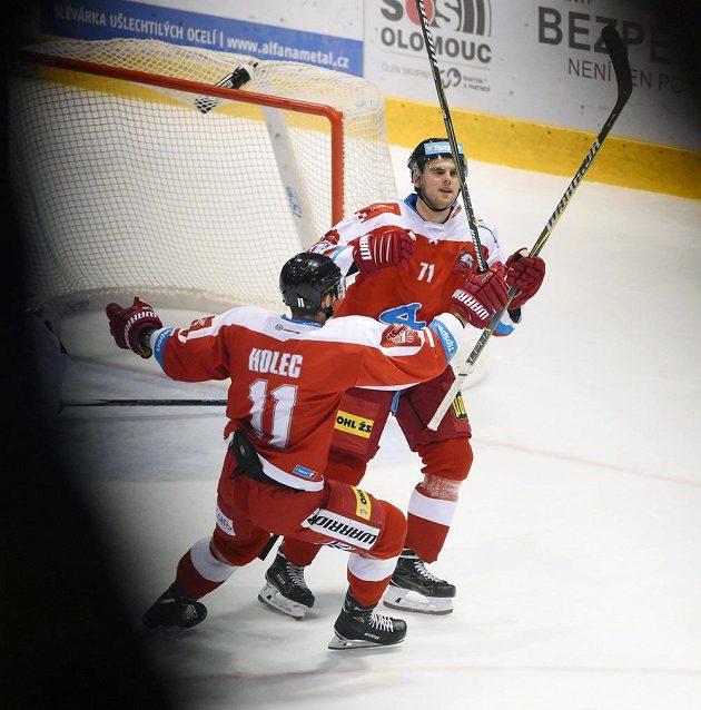 Zleva Miroslav Holec a Jakub Herman z Olomouce se radují ze vstřelené branky.