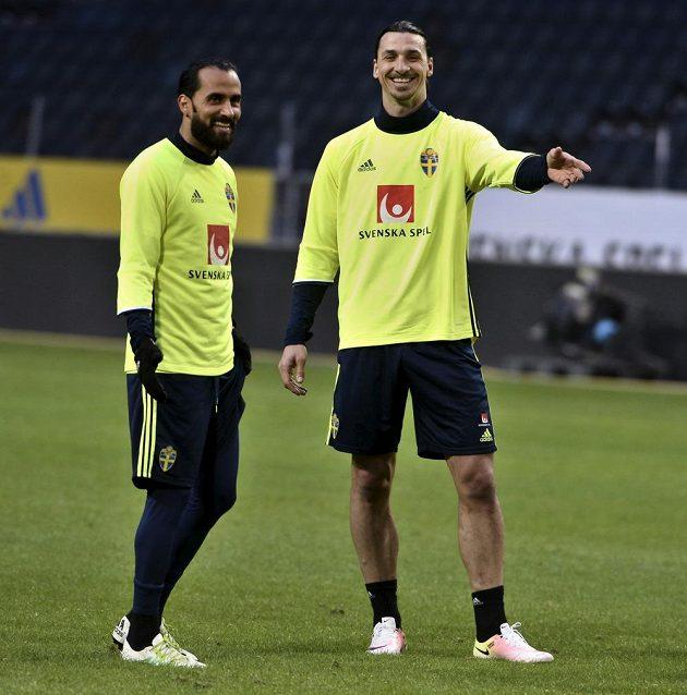 Švédové Erkan Zengin (vlevo) a Zlatan Ibrahimovic během tréninku před zápasem s Českem.