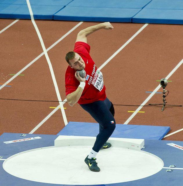 Český koulař Tomáš Staněk během kvalifikačního pokusu na halovém mistrovství Evropy v Praze.