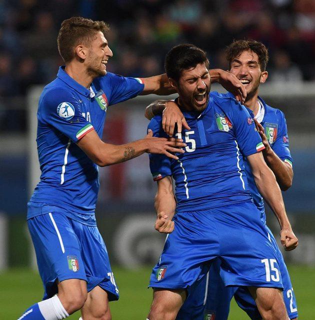 Italové se radují z druhého gólu proti Anglii, střelec Marco Benassi je uprostřed.