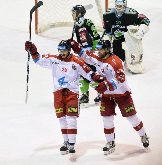 Zleva František Skladaný a Jan Knotek z Olomouce se radují z gólu proti Mladé Boleslavi.