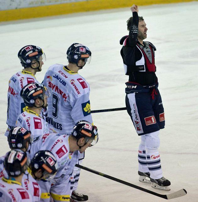 Kapitán Liberce Petr Nedvěd (vpravo) se po vyřazení od Vítkovic loučí s fanoušky. Jeho kariéra je u konce.
