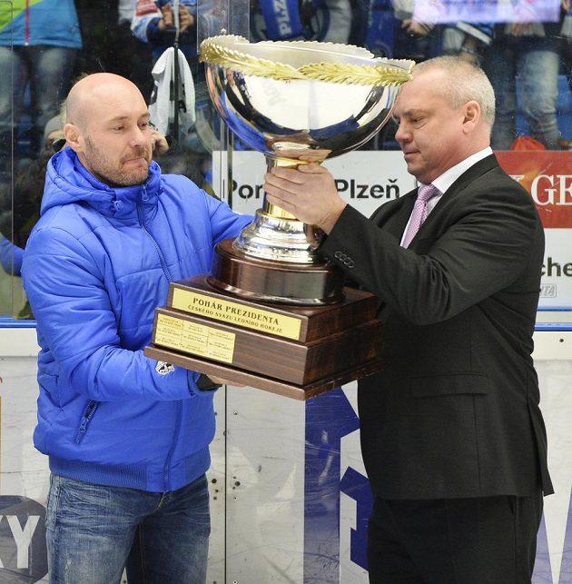 Tomáš Vlasák z Plzně (vlevo) převzal Prezidentský pohár.