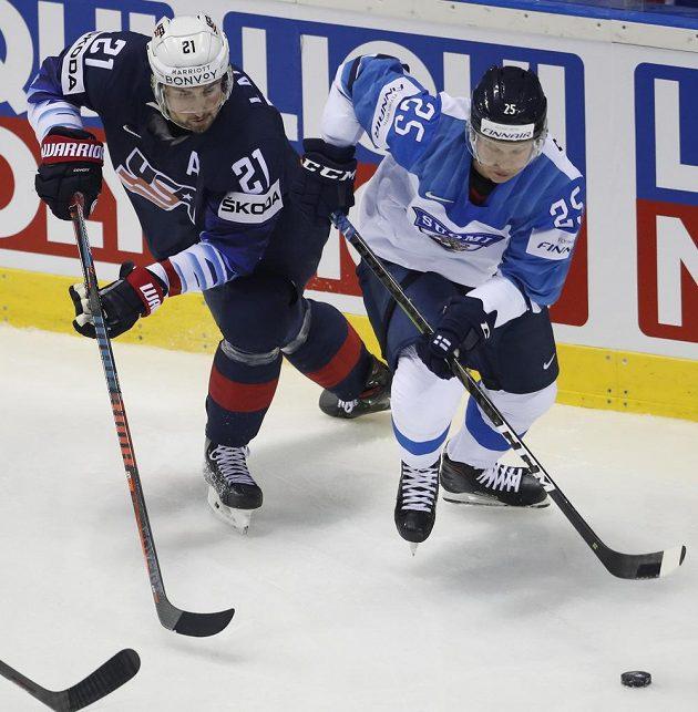 Dylan Larkin (vlevo) z USA v souboji s Tonim Rajalou z Finska.