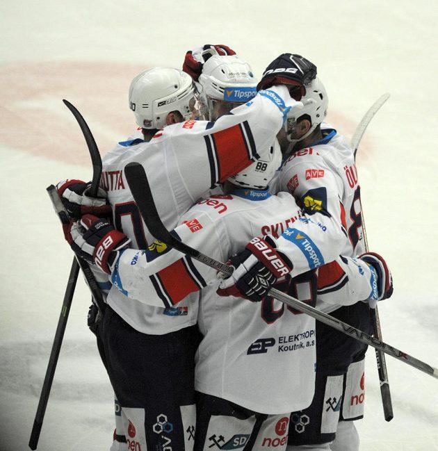 Chomutovští hokejisté se radují z gólu obránce Jana Rutty (vlevo) proti Třinci.