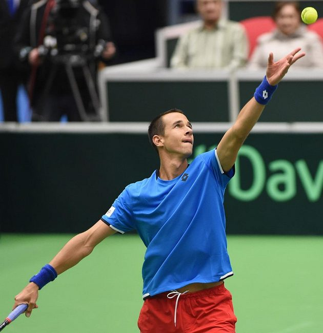 Český tenista Lukáš Rosol při servisu v utkání proti Thanasimu Kokkinakisovi.