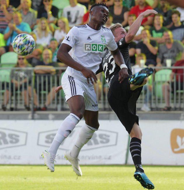 Zleva Gigli Ndefe z Karviné, Petr Ševčík ze Slavie během utkání první fotbalové ligy.