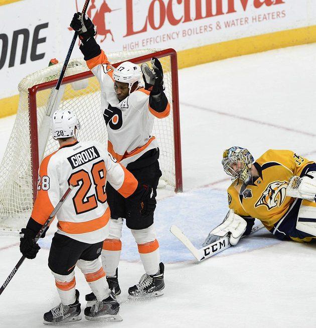 Útočníci Flyers Wayne Simmonds (17) a Claude Giroux táhli svůj tým proti Nashvillu. Oba dali po dvou gólech a jednou přihrávali.