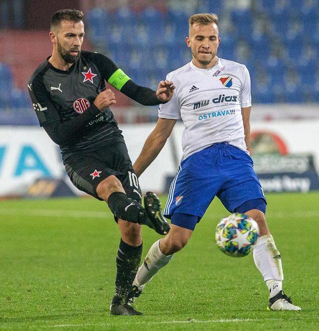 Josef Hušbauer ze Slavie a Nemanja Kuzmanovič z Ostravy v akci během utkání MOL Cupu.