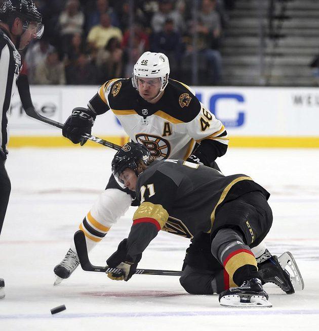 David Krejčí (46) z Bostonu prohrál vhazování s Williamem Karlssonem (71) z Vegas.